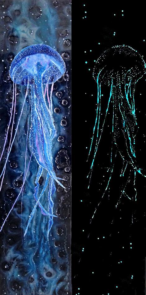 Pelagia, Öl/Tinte/Resin/fluoreszierendes Farbpulver/Leinwand, 160cm x 40cm (das Bild ist links im Hellen und rechts im Dunklen abgebildet)